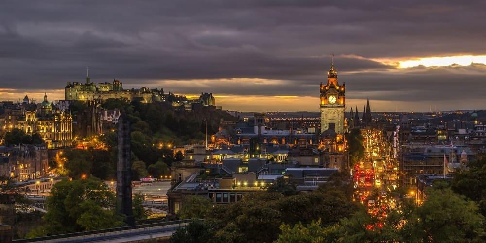 Cielo nublado sobre Edimburgo en abril.