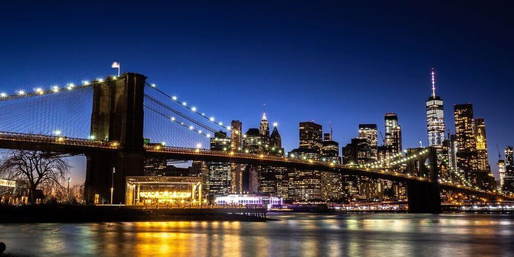 Puente de Brooklyn durante la noche de agosto