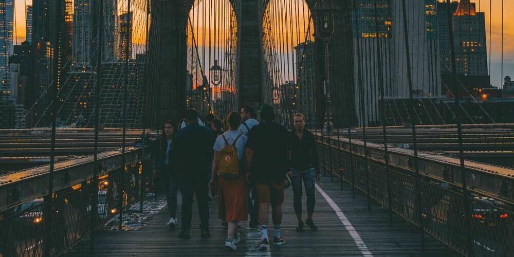 Turistas disfrutando el buen tiempo en Nueva York en junio.