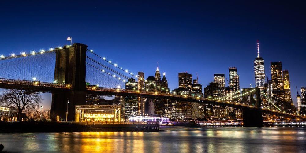 Puente de Brooklyn durante el atardecer en Nueva York en octubre.