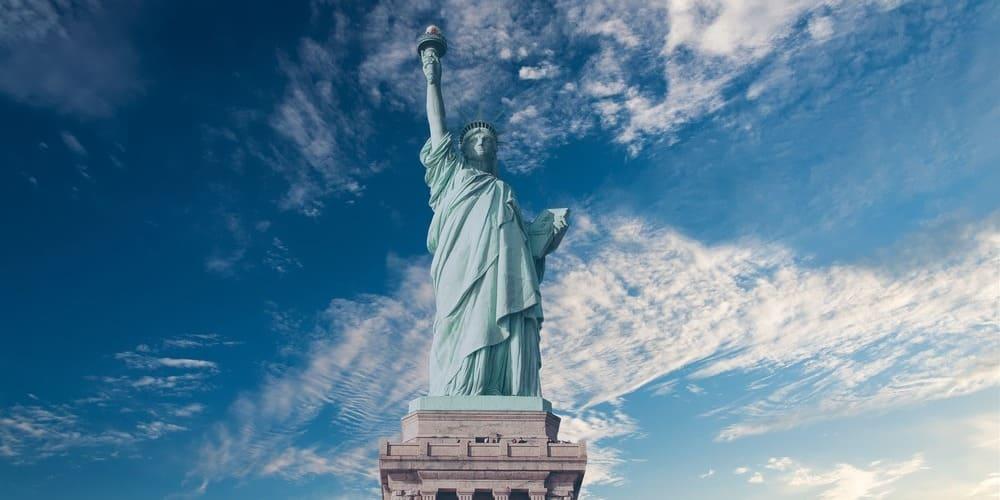 Estatua de la Libertad de Nueva York rodeada por el agradable tiempo en Nueva York en septiembre.