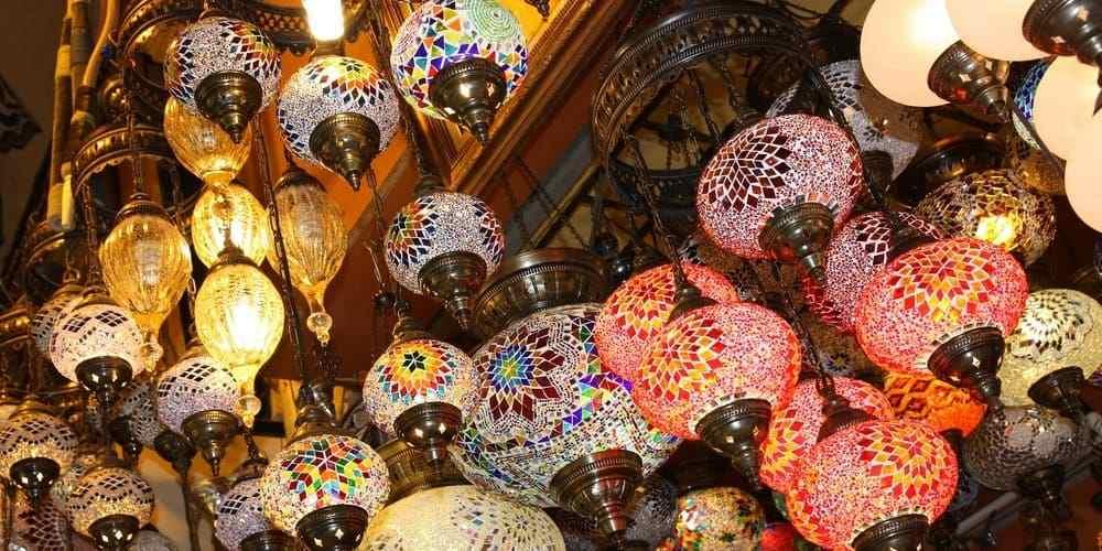 Artículos en venta en el Gran Bazar en Estambul en junio.