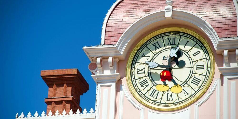 Reloj de Mickey Mouse en Eurodisney antes de ir a la estación de bus.
