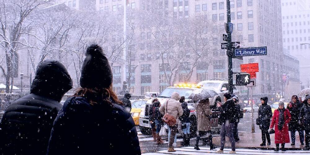 Neoyorquinos abrigados para protegerse del frío.