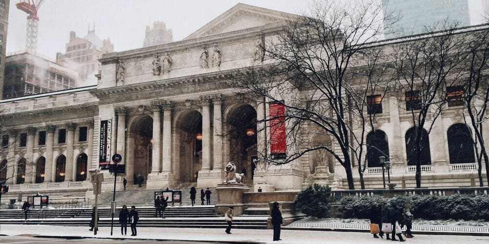 Museo Metropolitano de Nueva York rodeado de turistas.