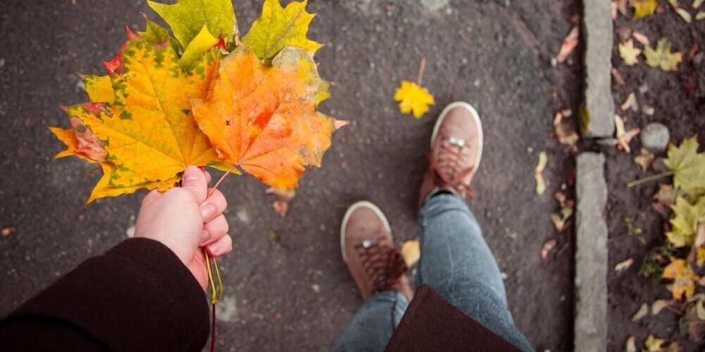Turista paseando abrigado por Nueva York en otoño.
