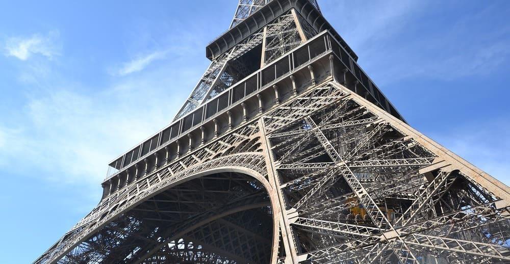 La altura de la Torre Eiffel supera los 300 metros
