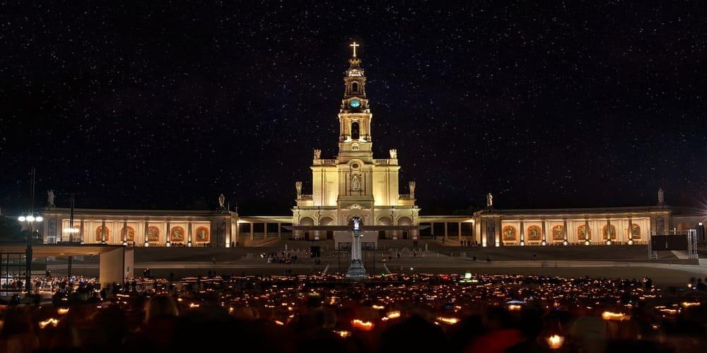 Una celebración en la noche en la Basílica de Fátima