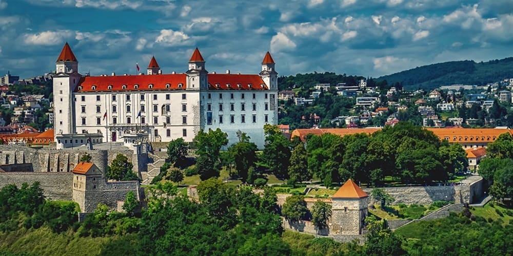 Imagen del famoso Castillo de Bratislava durante una excursión desde Viena