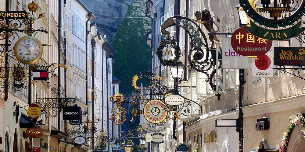 Panoramica de una visita a la calle Getreidegasse de Salzburgo