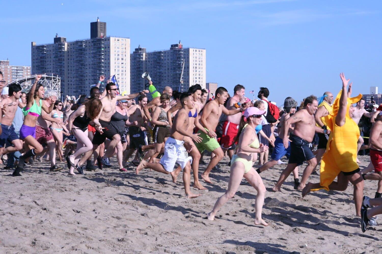 Nadar en las frias aguas de Coney Island es algo apto para valientes