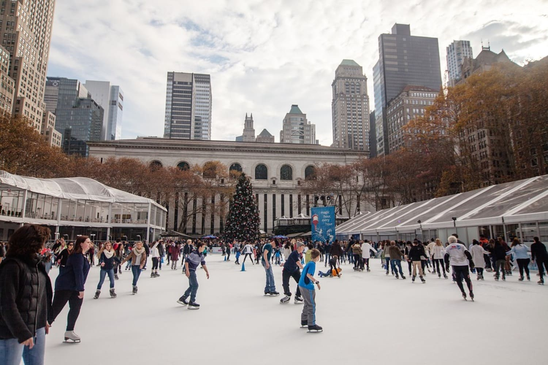 La gente llena las pistas de hielo para celebrar la navidad