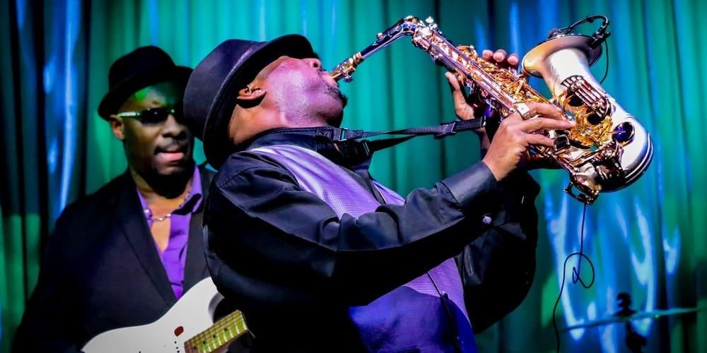 Saxofonista actuando en un club de jazz