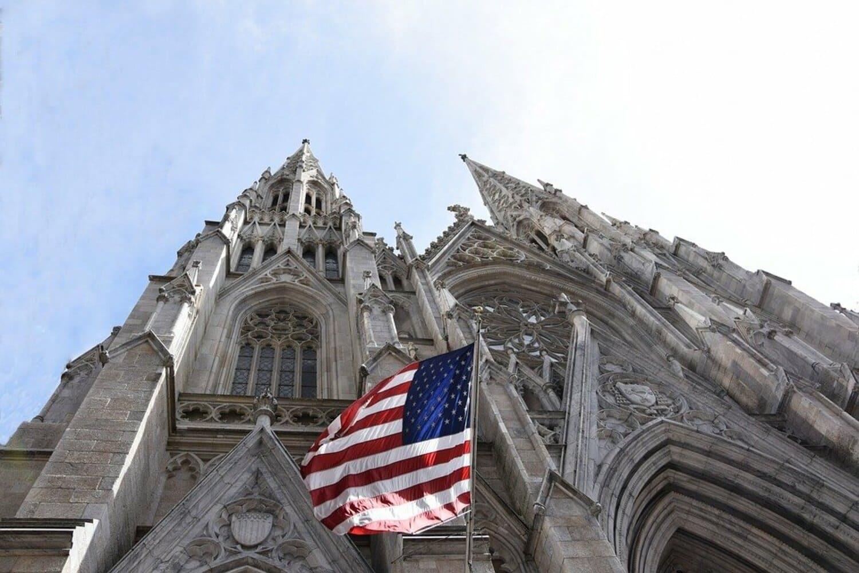 La catedral de San Patricio rodeada de enormes rascacielos