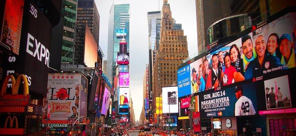 Plaza de Times Square iluminada por carteles