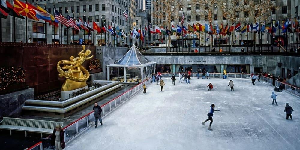 Niños patinando en la pista de hielo del Rockefeller Centre en Nueva York.