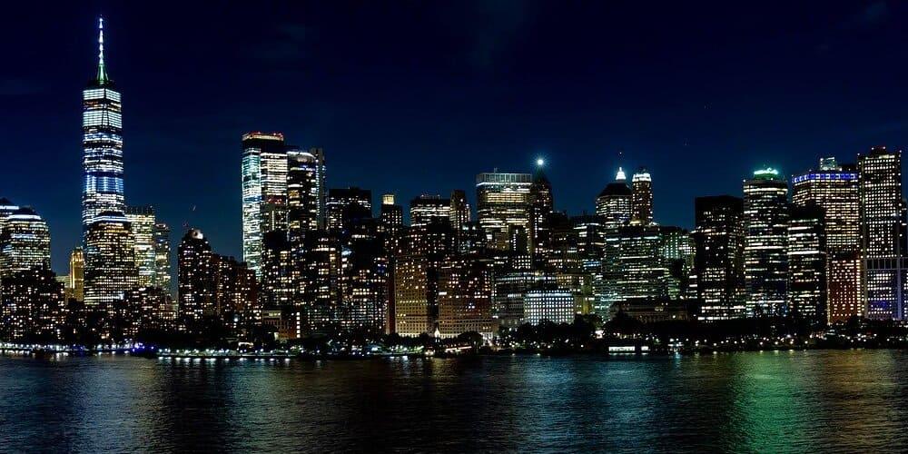 Vista de Nueva York de noche desde el ferry