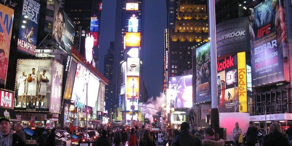 Carteles y luces de Times Square