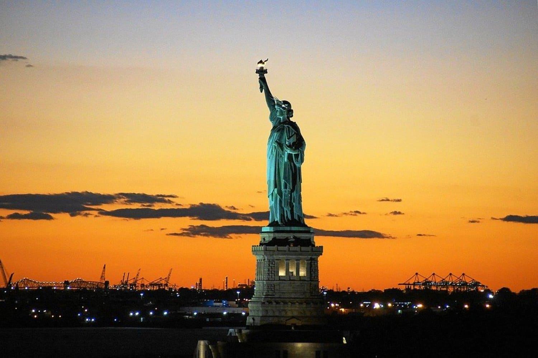 Vista de la Estatua de la Libertad anocheciendo