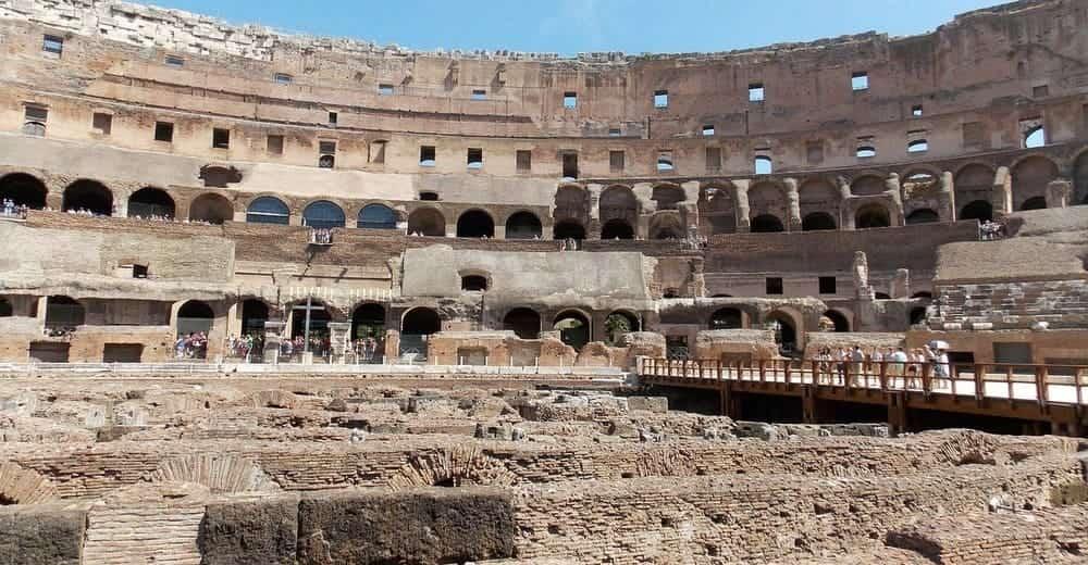 Partes del Coliseo Romano - la arena y red de túneles