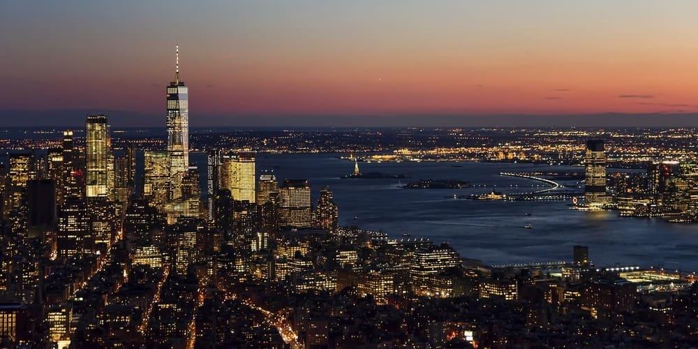 Rascacielos durante el anochecer en primavera en Nueva York.
