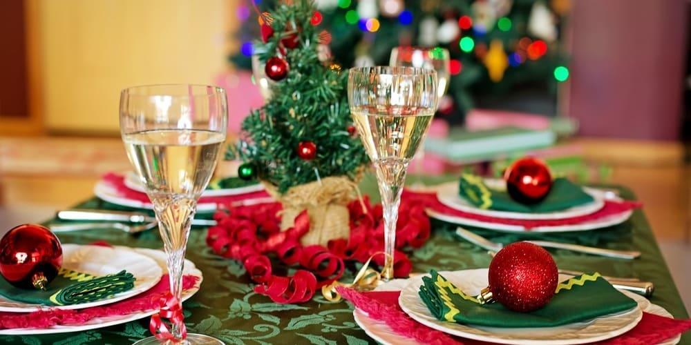 Mesa de un restaurante lista para cenar en Nueva York en Navidad.