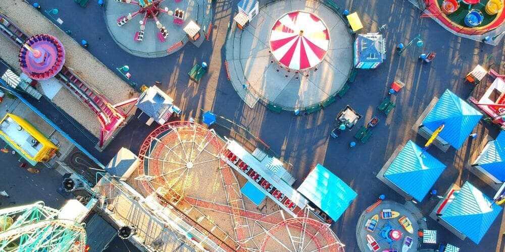 Parque de atracciones de Coney Island en Nueva York con niños.
