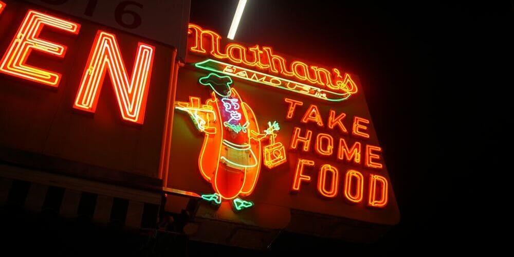Cartel de un puesto de comida en Coney Island en otoño.