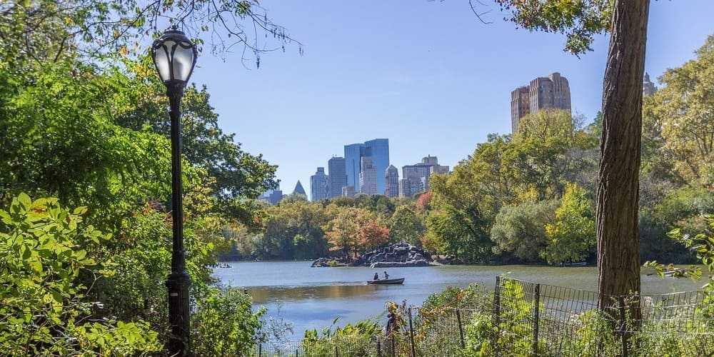 Turistas en un barco en Central Park.