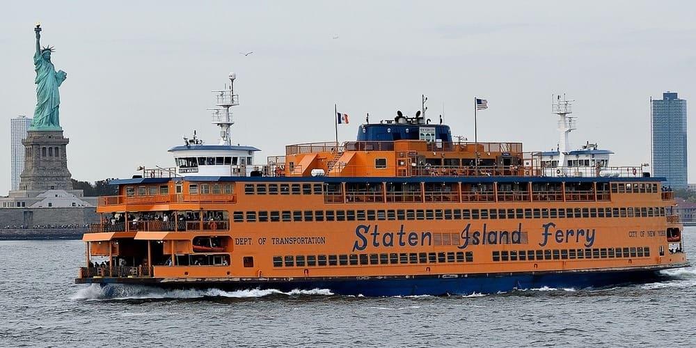 Ferry de camino a Staten Island en primavera en Nueva York.
