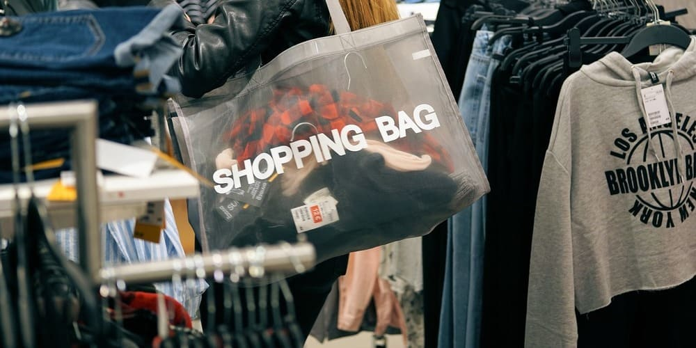 Tienda de ropa en Nueva York en verano.