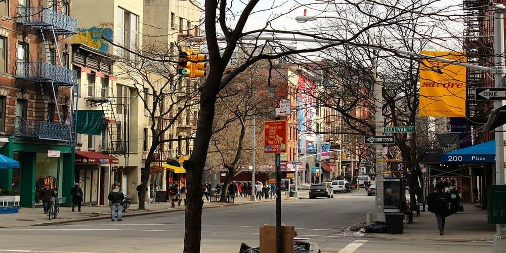 Calle de tiendas y restaurantes en Soho en Nueva York