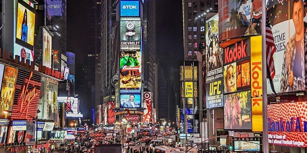 Times Square durante la noche de verano en Nueva York.