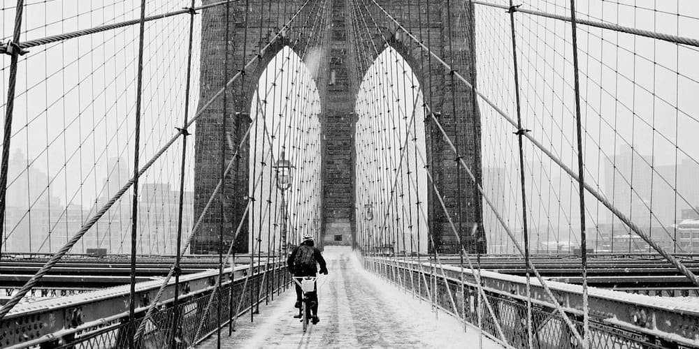 Puente de Brooklyn bajo un manto de nieve.