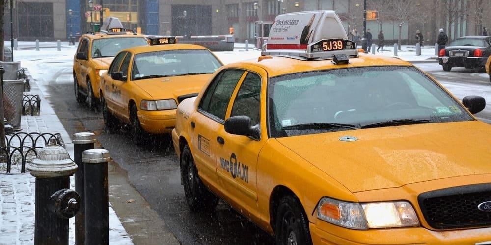 Taxis aparcados en Nueva York en invierno.