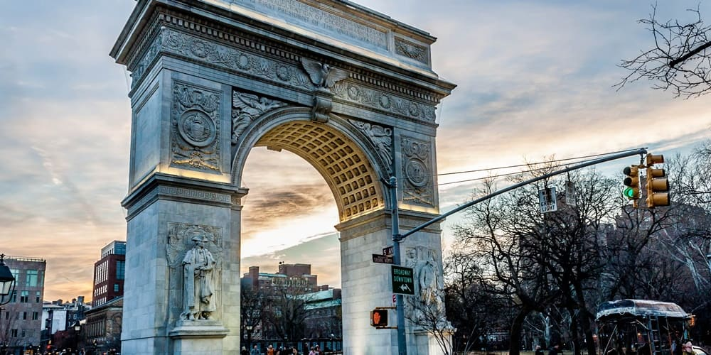 Entrada al parque Whashington cerca de la avenida más famosa de Nueva York