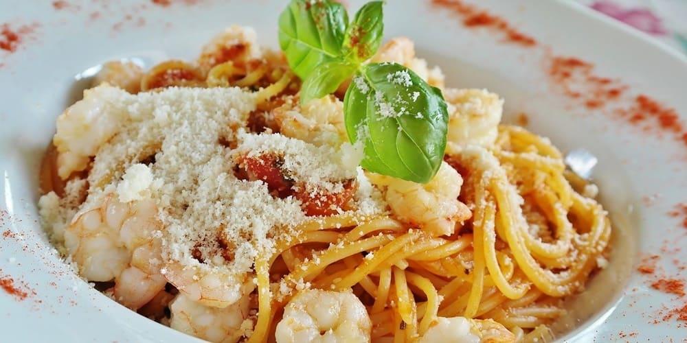 Plato de pasta con gambas, típica gastronomía italiana