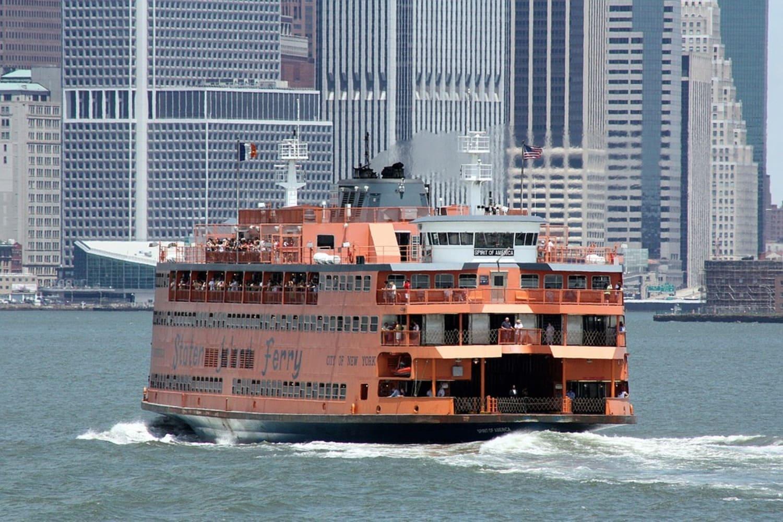 Famoso ferry naranja que conecta la isla con la ciudad de Nueva York