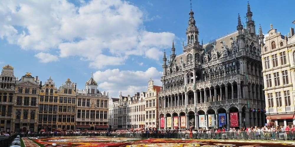 Tiempo despejado en abril en Bruselas sobre la Grand Place.