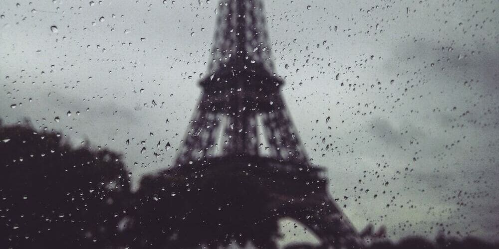 Lluvia durante la visita a la Torre Eiffel.