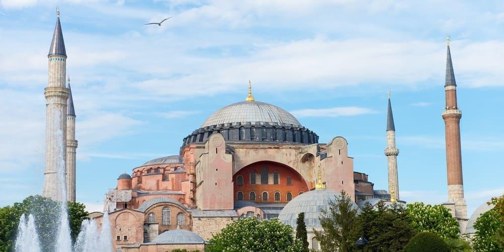 La mezquita de Santa Sofía rodeada por la cálida temperatura en Estambul en junio.