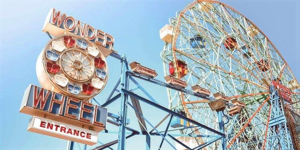 Noria de Coney Island rodeada por el caluroso clima en Nueva York en junio.