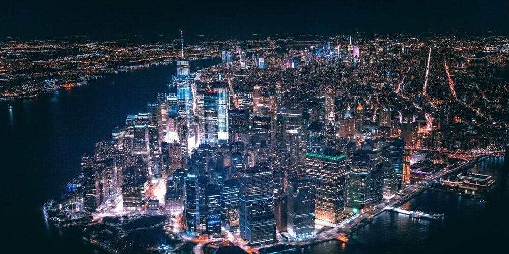 Skyline nocturno desde el helicóptero en Nueva York en mayo.