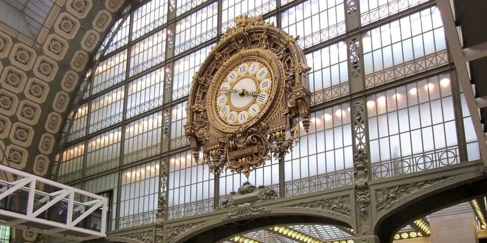 Reloj del Museo de Orsay durante una tarde con tiempo lluvioso en París en mayo.
