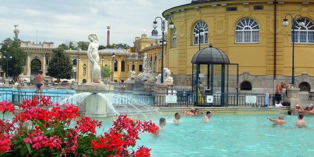 Vista de una terma con buena temperatura en Budapest en abril