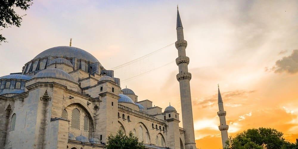 La Mezquita Azul esperando turistas en junio.