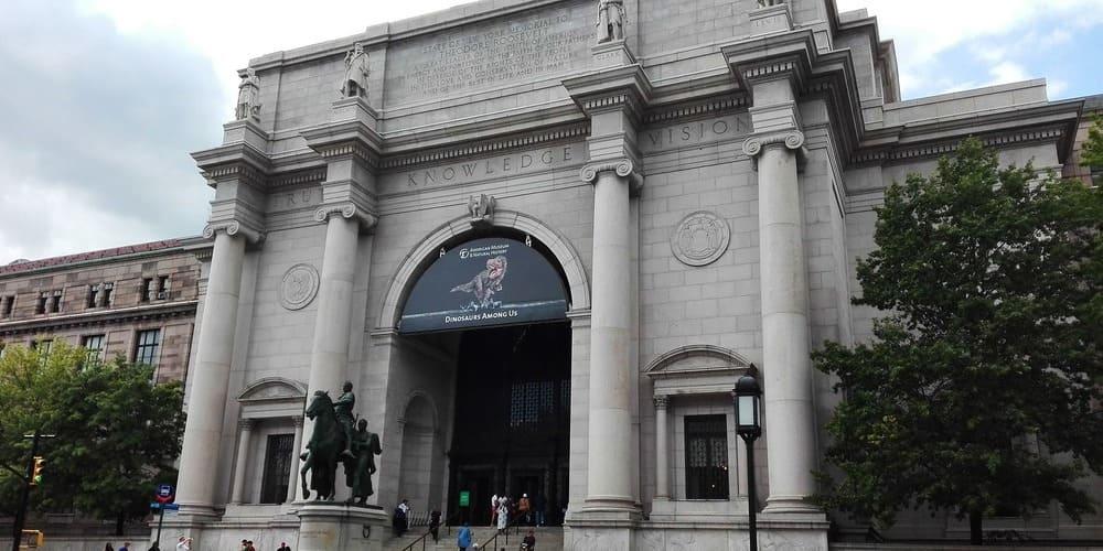 Museo de Historia Natural rodeado por la buena temperatura en Nueva York en julio.