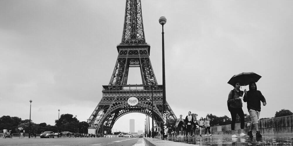 Turistas protegiéndose de la lluvia en París en mayo.