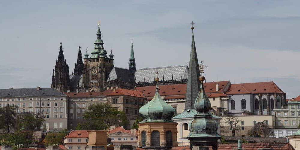 Una vista del castillo en Praga en abril