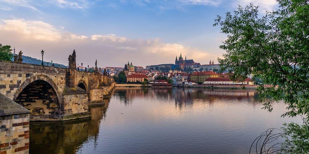 El tiempo en Praga en abril en el puente
